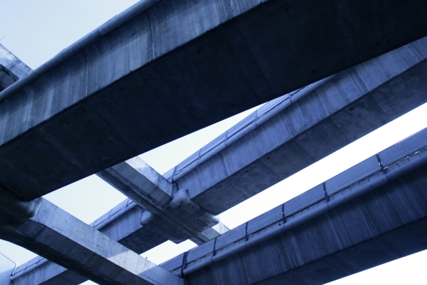nad głowami trzy linie skytraina na różnej wysokości - podniebne metro
