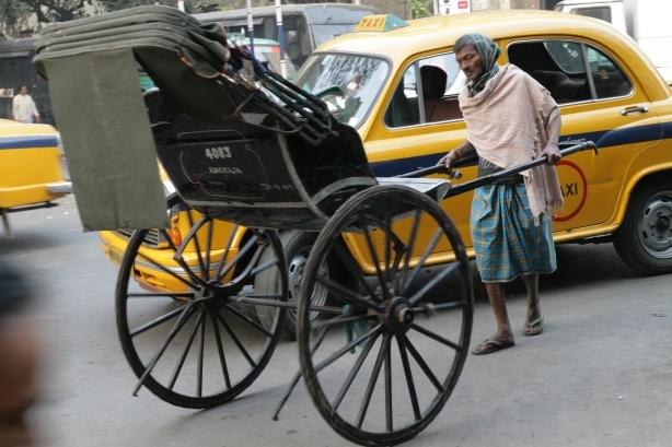 ciężki jest los rykszarzy w Kalkucie, przegrywają z taskówkami