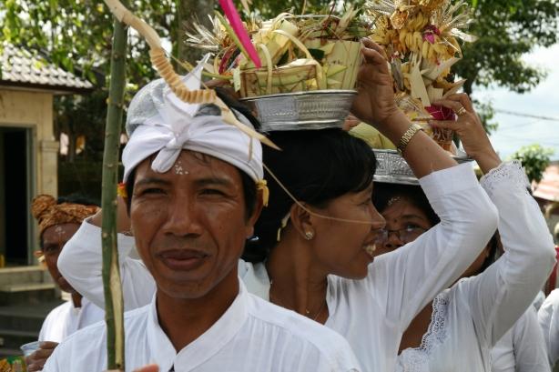 wierni w drodze do świątyni