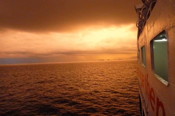 zachód słońca w deszczu z promu