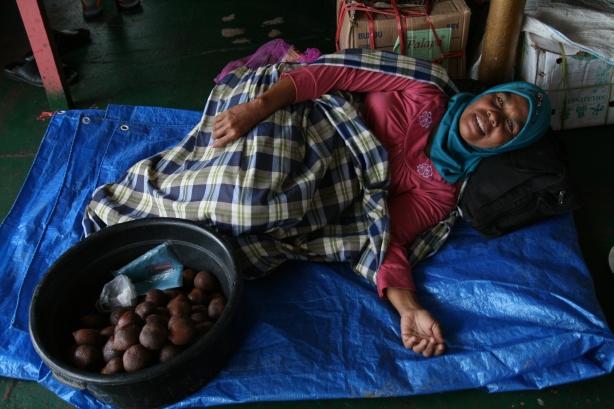 sprzedawczyni snakeskin fruits na promie