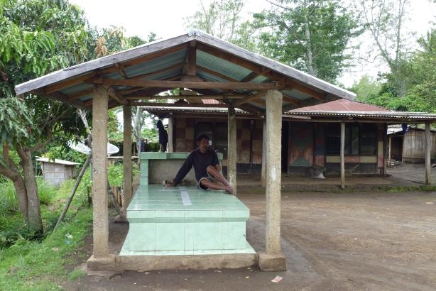 groby rodzinne tuż przy domu służą również jako ławka