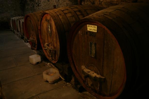 Beczki z winem w piwnicach Seven Hills.