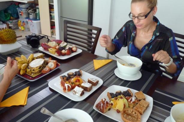 Pożegnalne śniadanie przygotowane przez Halinę i Jacka: najlepsze wypieki w Cairns i tropikalne owoce z całego świata. Niestety Halinka nie lubi zdjęć, więc musieliśmy ją obciąć:).