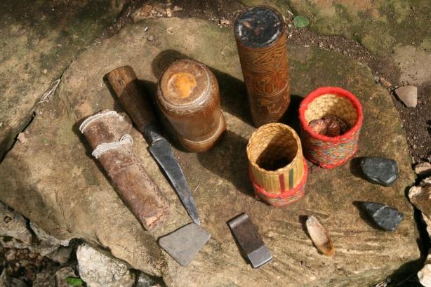 zawartość torby każdego mężczyzny: orzechy betelu, cylindryczne pudełko na sproszkowaną limonkę, pojemnik z tytoniem, penseta do wyrywania zarostu, osełka i nóż