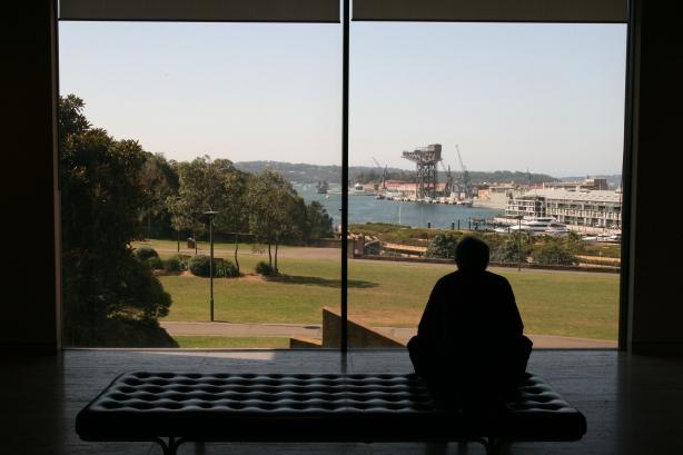 Sydney widziane ze środka Muzeum Sztuk Pięknych.