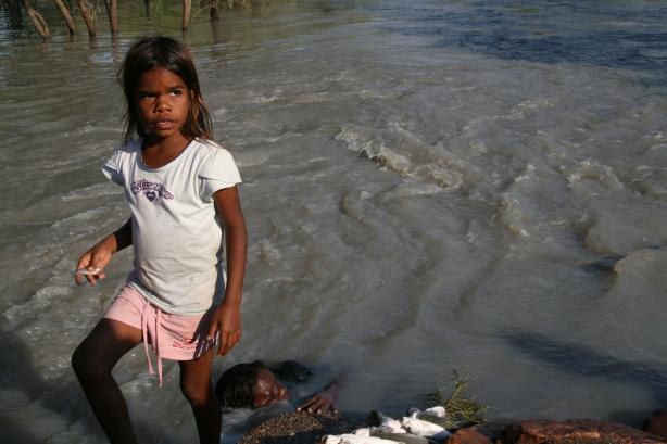 Aborygenka z mamą, która łowi ryby rękami.