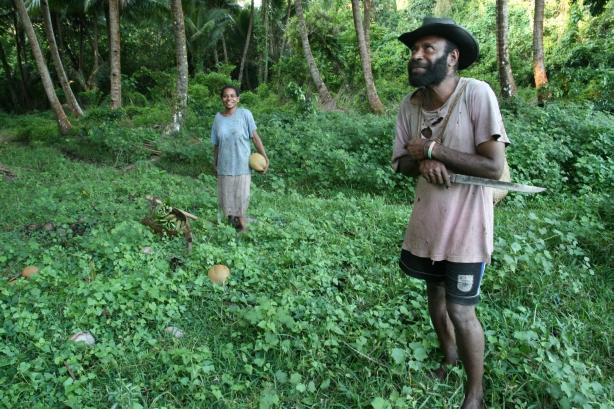 Mieszkańcy sąsiedniej wsi spotkani w dżungli, wracający z ogrodu warzywnego.