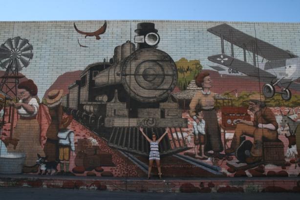 Murale na ścianie supermarketu w Alice Springs, ukazujące życie w outbacku