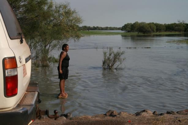 Tymczasowa rzeka powstała po powodzi.