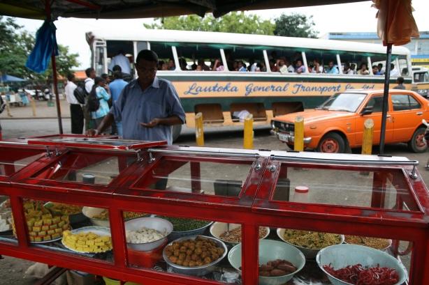 Hinduskie słodycze. W tle autobus międzymiastowy.