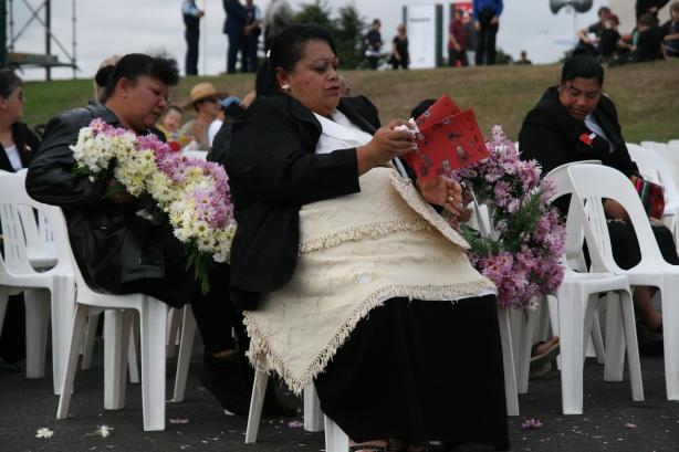 Maoryski z rodzin walczących podczas II Wojny Światowej podczas święta narodowego ANZAC (Australia and New Zealand Army Corpse), oddają hołd poległym za Matkę Brytanię.