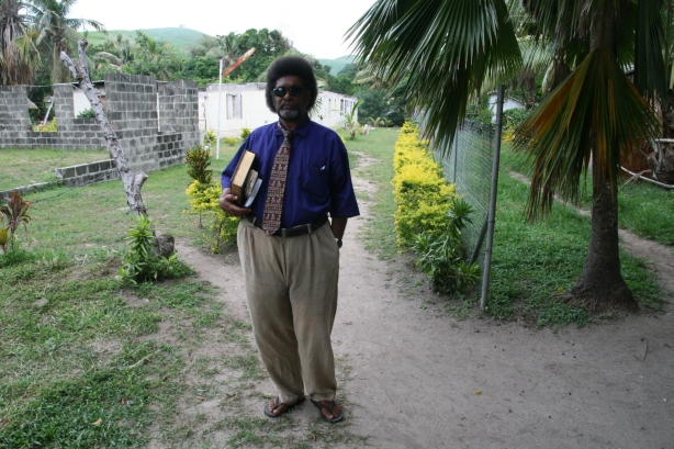 Pastor metodystów jako jedyny nie nosił spódniczki.