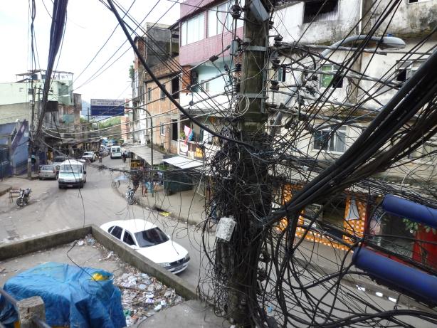 Tak wygląda sieć elektryczna w faveli Rocinha.