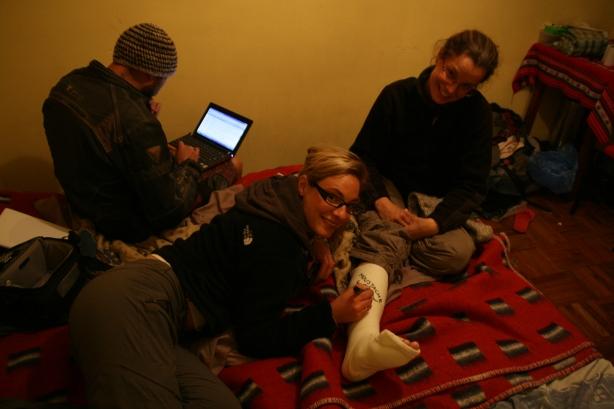 Kamil, który od ponad dwóch lat podróżuje po świecie z żoną Izą pomaga nam z galerią na blogu. Agi ozdabia gips Marty, która złamała na motorze nogę na bezdrożach Boliwii.