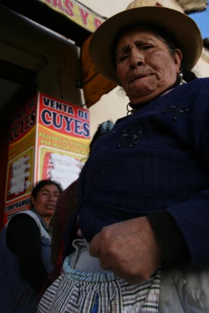 """Pani bardzo się oburzyła, że robię jej zdjęcie, ale przeszło jej, gdy dowiedziała się, że chodziło o """"venta de cuy"""" czyli sprzedaż świnki morskiej."""