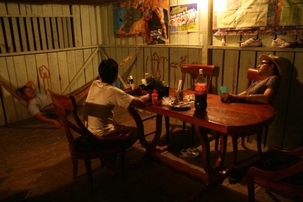 Wieczorny odpoczynek po polowaniu w chacie Felipe. Butelka na stole to bynajmniej nie coca-cola tylko 40% aguardiente de coca pędzone przez Chusę.