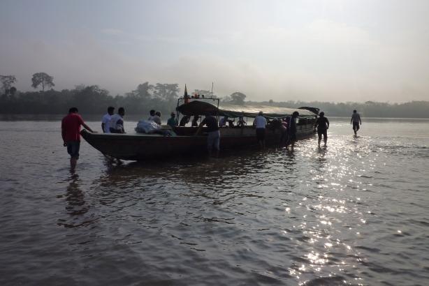 W drodze powrotnej z Nuevo Rocafuerte do Coki nasza łódź osiadła na mieliźnie Rio Napo. Wszyscy musieliśmy mocno pchać, aby z niej zejść.