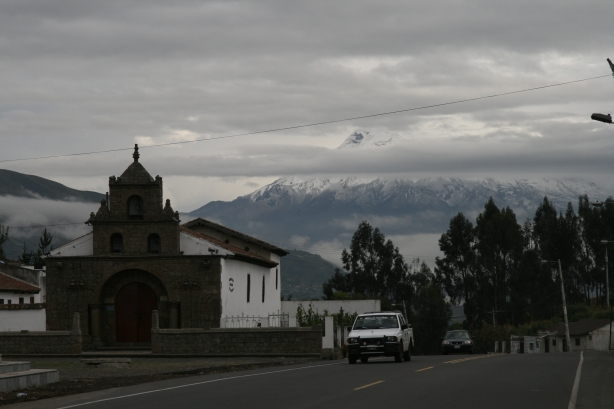 Najstarszy kościół w Ekadorze. A w tle wulkan Chimborazo.