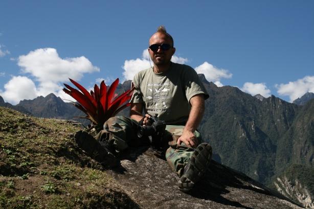 Tomek i jeden z fotografowanych przez niego okazów. Tym razem flora, nie fauna, ale entuzjazm ten sam.