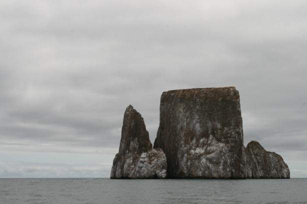 Kickers Rock alias León Dormido. Ulubiona kryjówka rekinów, jakieś XX km od brzegu wyspy San Cristobal.