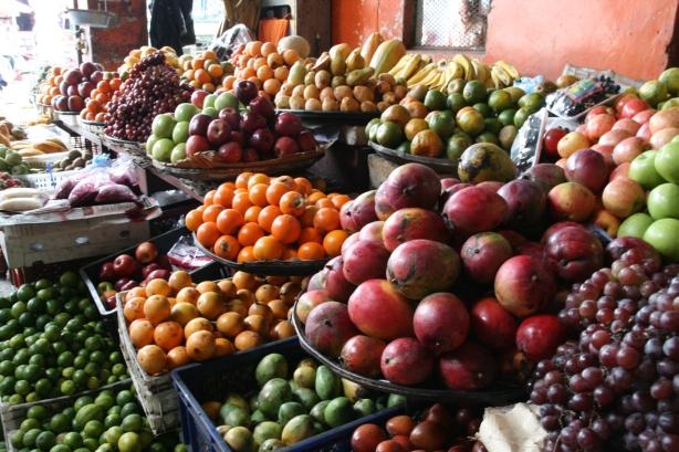 Różnorodność owoców na miejskim markecie.