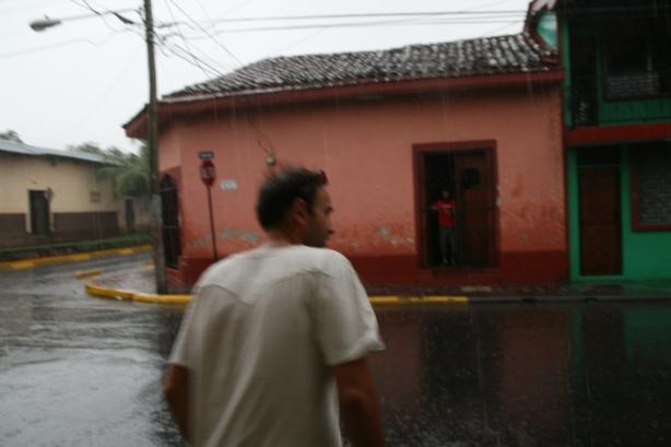 Po drugiej stronie ulicy drzwi otwiera nam nasz gospodarz w León, Idriss.