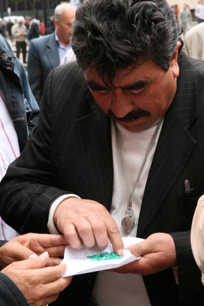Handel szmaragdami na ulicach Bogoty.