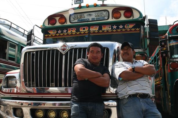 Kierowca i pomocnik - zgrany duet każdego chickenbusa w Gwatemali.