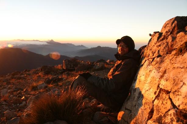 Czekając na wschód słońca na szczycie.