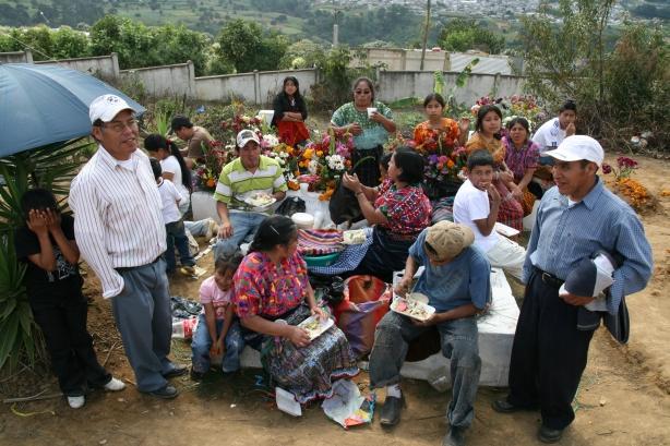 Rodziny na grobach swoich zmarłych.