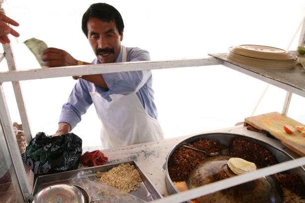 Uliczny sprzedawca tacos.
