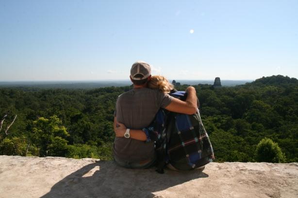 Na szczycie najwyższej świątyni Tikalu, ponad lasem tropikalnym. W tle wystają ponad korony drzew pozostałe piramidy.