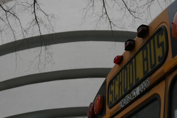 Wreszcie kraj, w którym schoolbusy naprawdę wożą dzieci do szkoły. W tle muzeum Guggenheima.