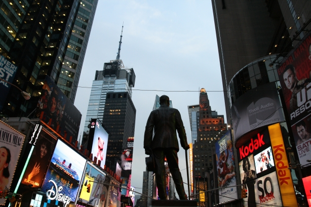 Tylko jedna osoba trwa nieporuszona wobec tempa życia w Nowym Jorku.